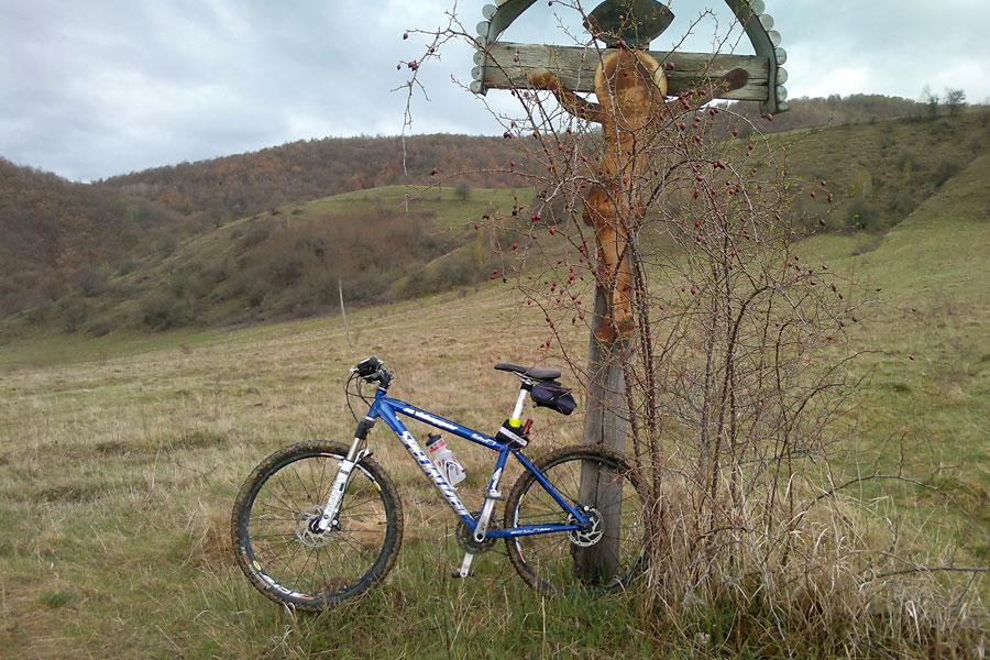 singur cu bicicleta în Trascău, de Paște